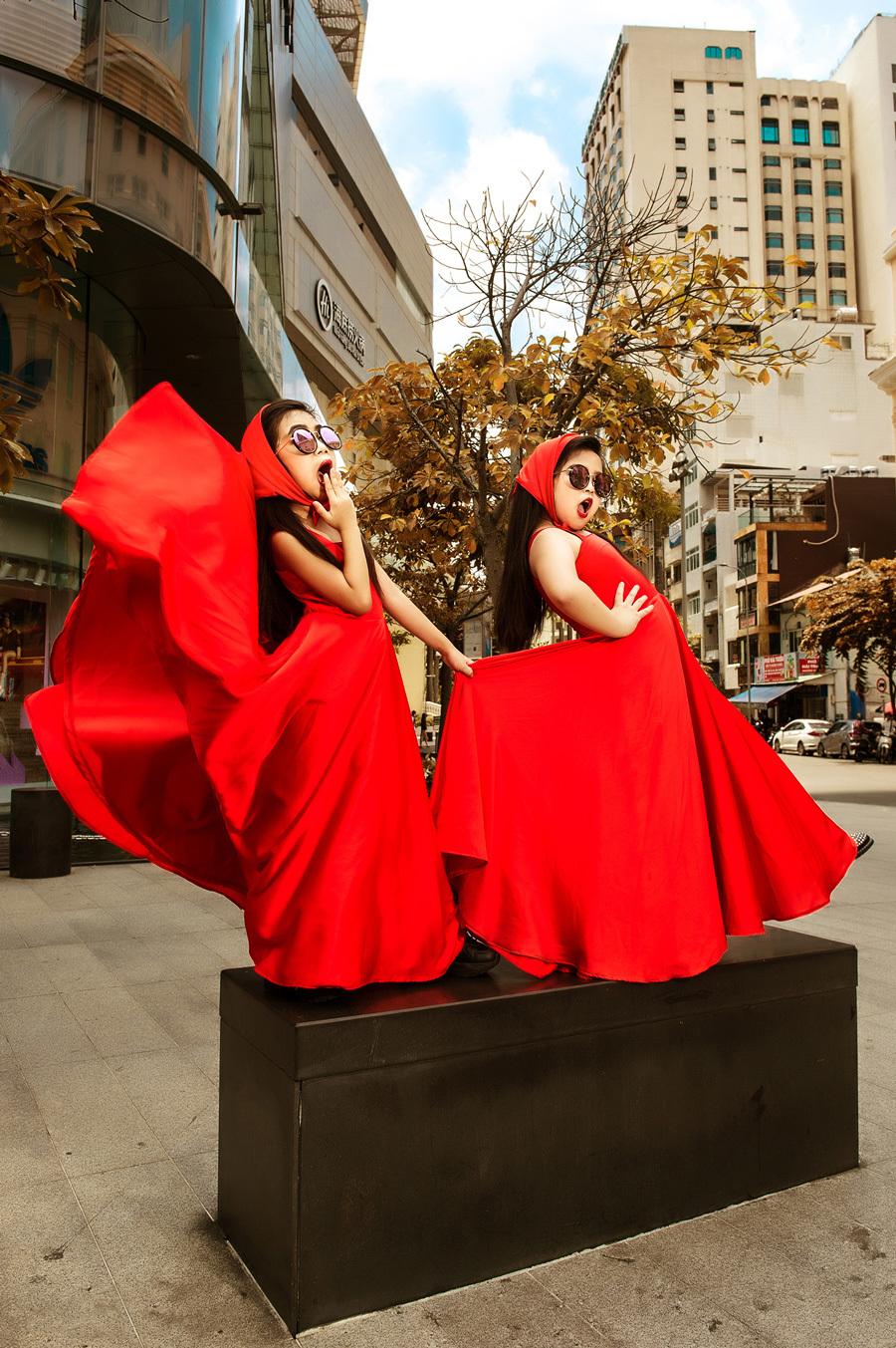 Mẫu nhí hồn nhiên với trang phục cô bé quàng khăn đỏ thời hiện đại