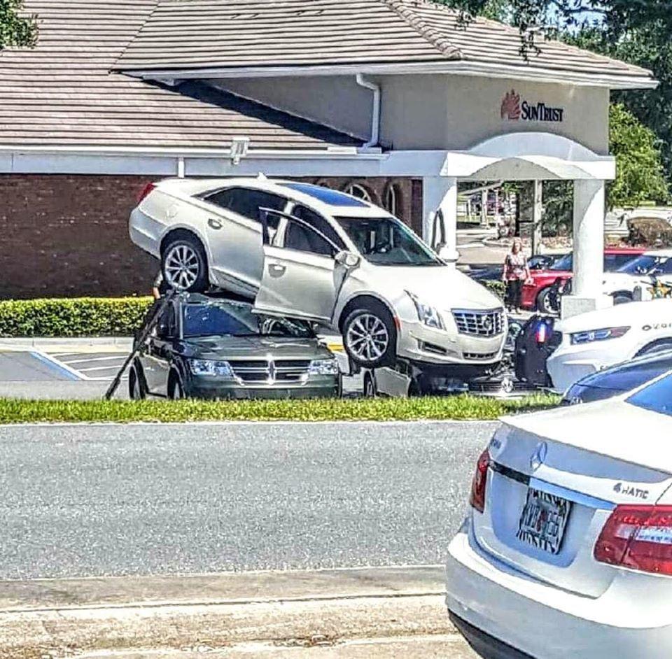Hi hữu: Lùi ôtô lên nóc hai xe khác