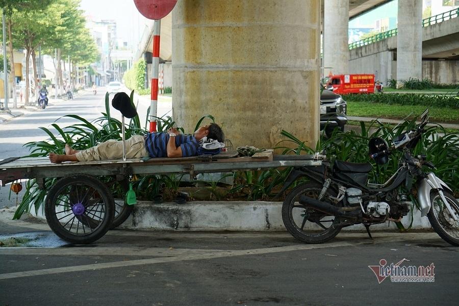 Nóng 40 độ, người Đà Nẵng núp gầm cầu, công viên trốn nắng