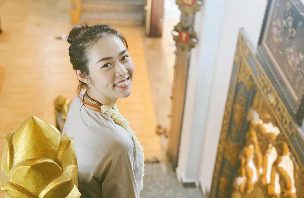 Diệp Bảo Ngọc vào chùa làm công quả