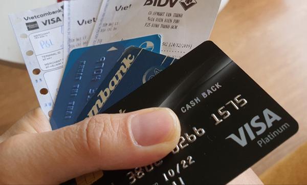 Chi tiêu qua thẻ tín dụng giảm tới 80%, ngân hàng muốn Visa, MasterCard miễn giảm phí