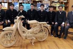 Học sinh cấp 3 chế tạo Honda C100 Super Cub từ bìa cứng gây sốt