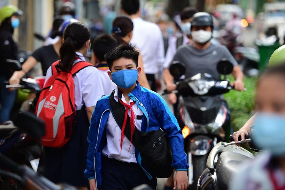 Học sinh tiểu học, THCS tiếp tục trở lại trường trong ngày Sài Gòn nắng gắt