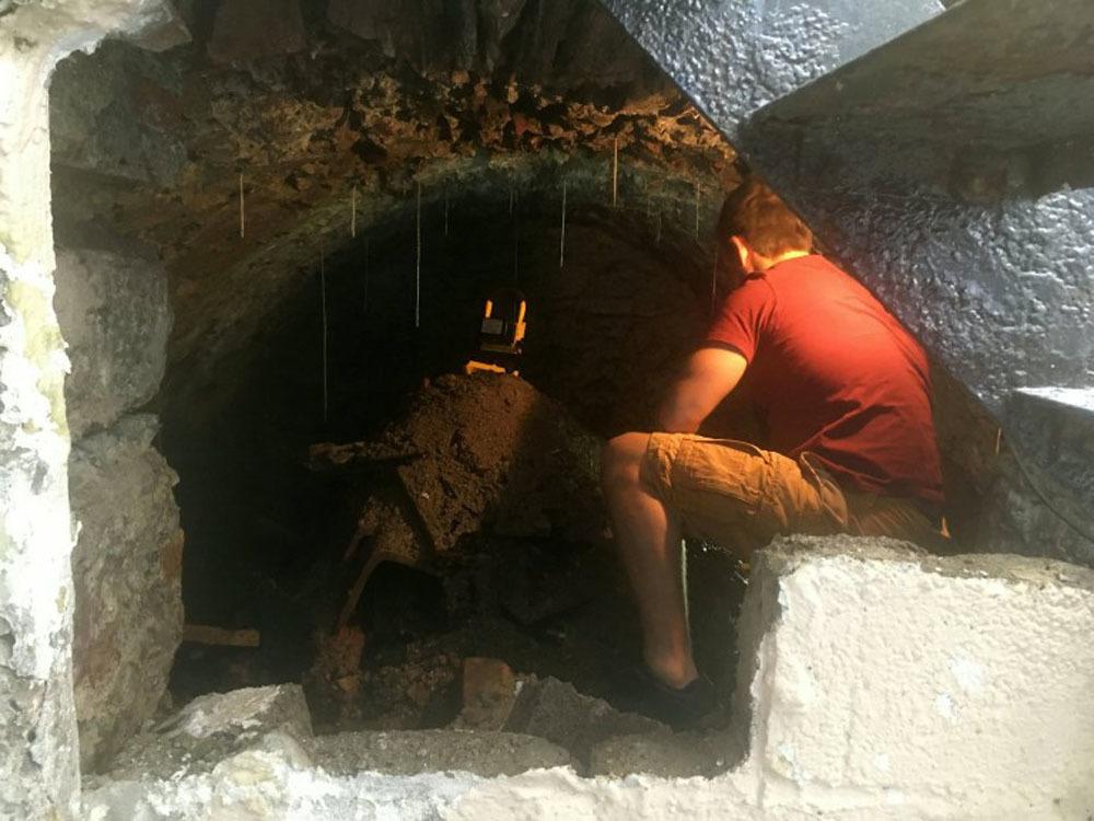 Phát hiện đường hầm bí mật 120 năm tuổi chứa đầy di tích dưới nền nhà