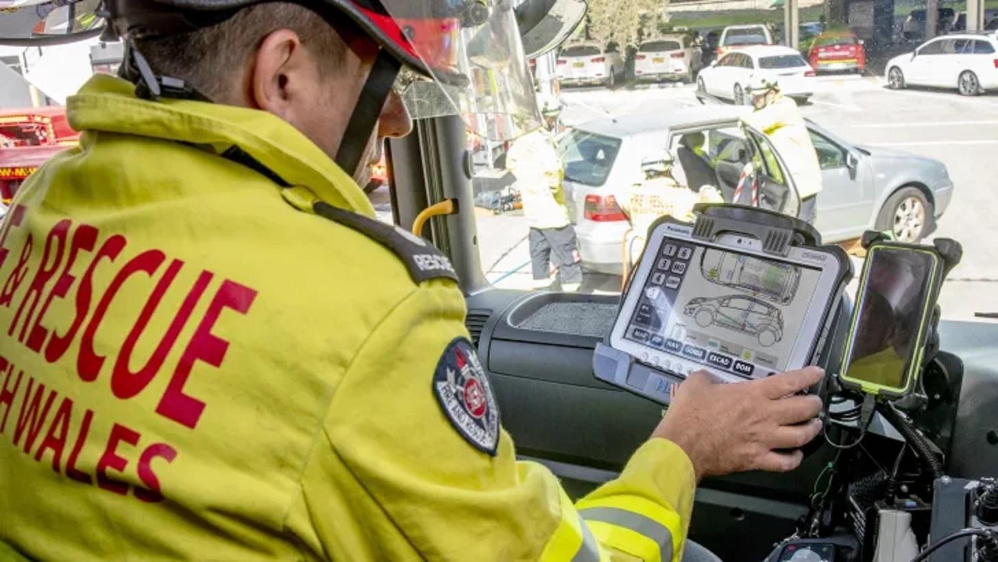 Cắt ô tô chính xác, cứu nạn nhân bị kẹt trong tai nạn