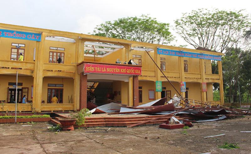 Giông lốc làm 1 người chết, 10 tỉnh thiệt hại hàng nghìn ngôi nhà