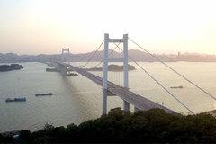 Gió thổi mạnh, cầu treo Trung Quốc rung lắc bất thường, chính quyền lập tức đóng cầu