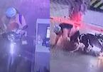 Hà Nội: Mẹ bất cẩn để con ngồi trước vặn tay ga khiến xe lao vọt đi