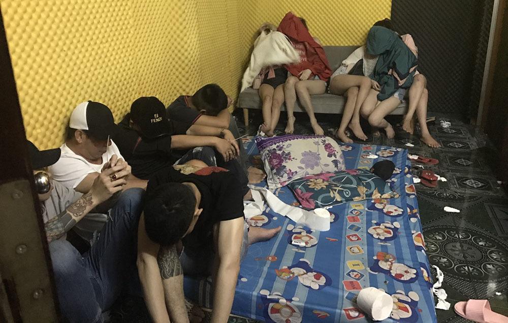 60 nam nữ mở tiệc ma túy trong 6 phòng khách sạn ở miền Tây