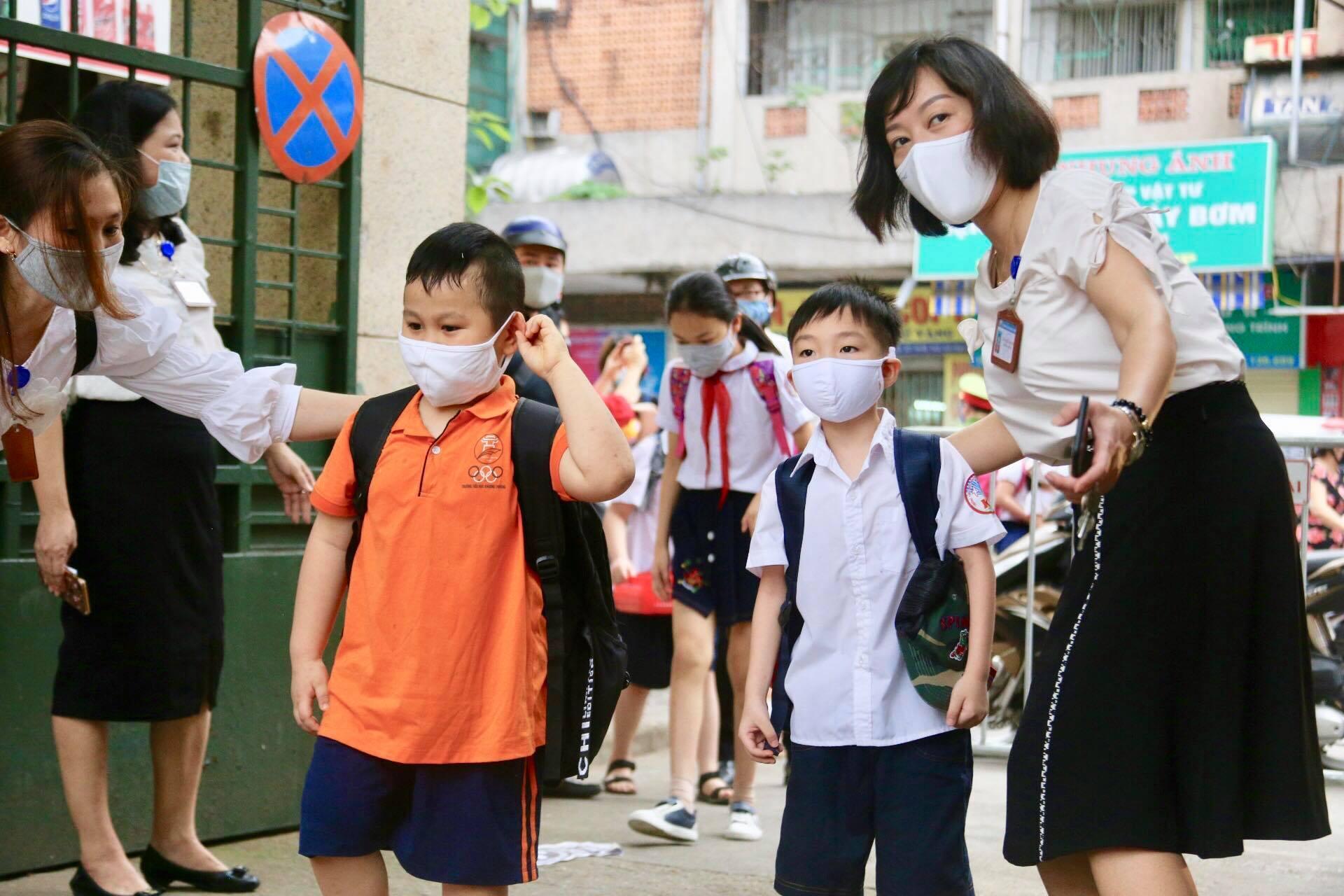 Học trò tiểu học háo hức trở lại trường