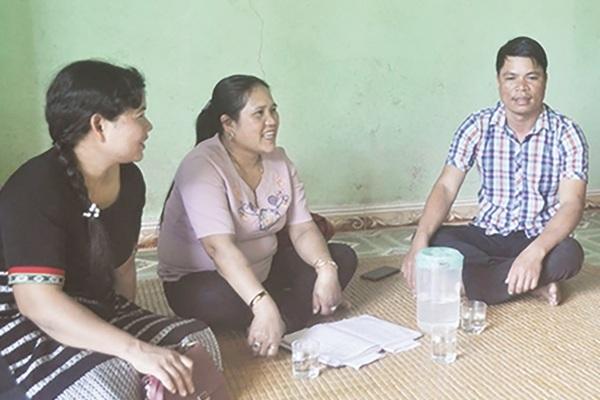 Kiên trì đến từng nhà hướng dẫn người dân cách thoát nghèo bền vững