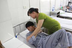 Xót cảnh goá phụ ung thư nén nỗi đau riêng chăm con trai bệnh nặng
