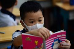 Học trò Sài Gòn  vẫn đeo khẩu trang trong lớp