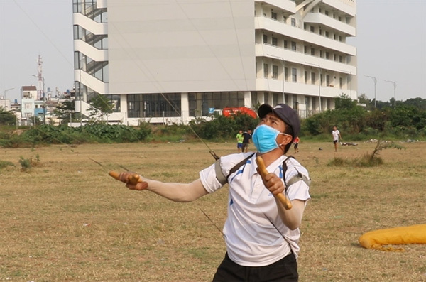 Multi-tasker: HCM City man can fly four kites at a time