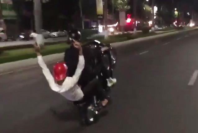 Truy tìm 2 gã trai bốc đầu xe, 'làm xiếc' chạy khắp Đà Nẵng