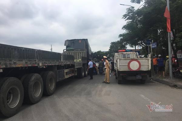 Xe container cuốn xe máy vào gầm, 2 công nhân tử vong