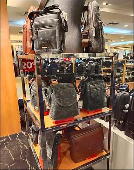 Đóng cửa vì Covid-19, hàng hoá ở trung tâm mua sắm Malaysia mốc xanh