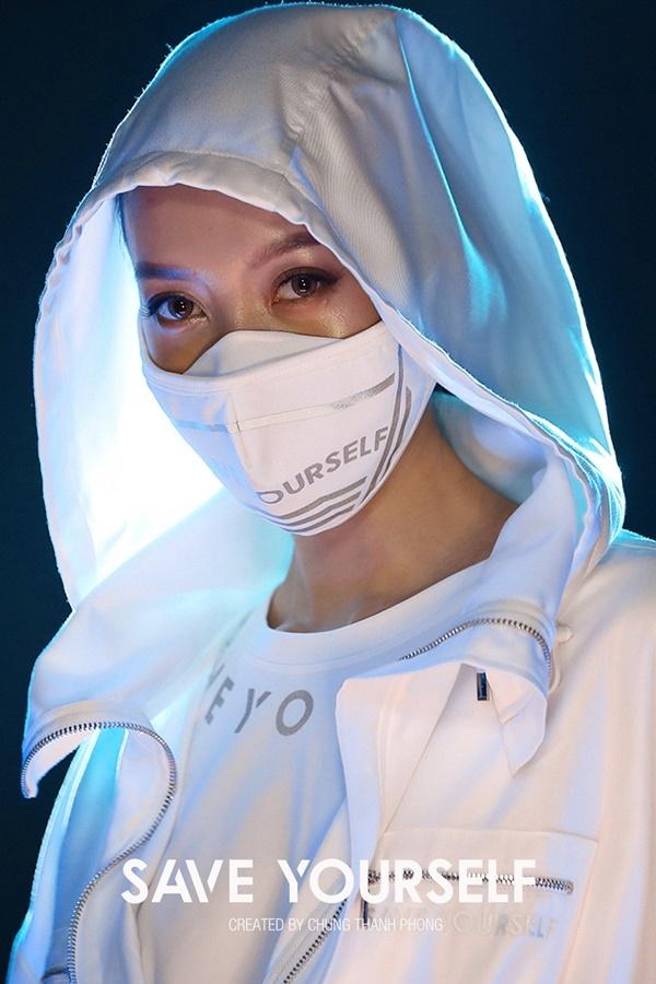 Chung Thanh Phong đưa khẩu trang, trang phục bảo hộ vào BST mới