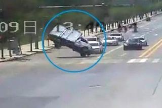 Xe tải đứng chờ đèn xanh bất ngờ bị nhấc bổng lên trời