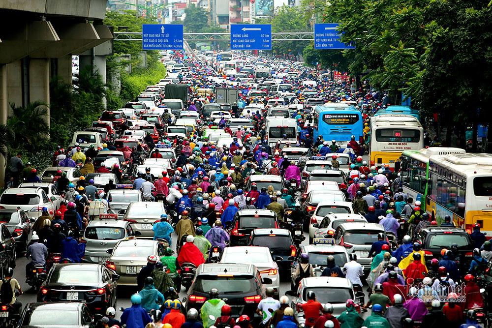 Tắc nghiêm trọng, đường Hà Nội hóa bãi đỗ xe khổng lồ