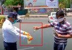 Ngừa Covid-19, cảnh sát  Ấn Độ khử trùng tiền phạt vi phạm giao thông bằng cồn