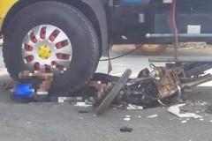 Xe tải cuốn nát xe máy trên quốc lộ, 1 người tử vong