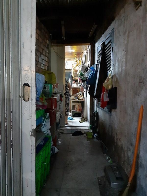 Bé trai 3 tuổi đói khát, thẫn thờ trong căn nhà 'hẻm' sặc mùi lông chó