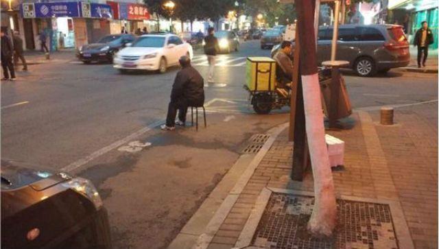 Con trai bị chỉ trích gay gắt vì để bố mẹ già ngồi giữ chỗ đỗ xe bất kể mưa nắng
