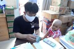 Nước mắt lưng tròng, người cha hạnh phúc nhận 175 triệu đồng từ Báo VietNamNet