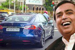 """Tỷ phú giàu nhất Ấn Độ phải """"lách luật"""" để tậu Tesla"""