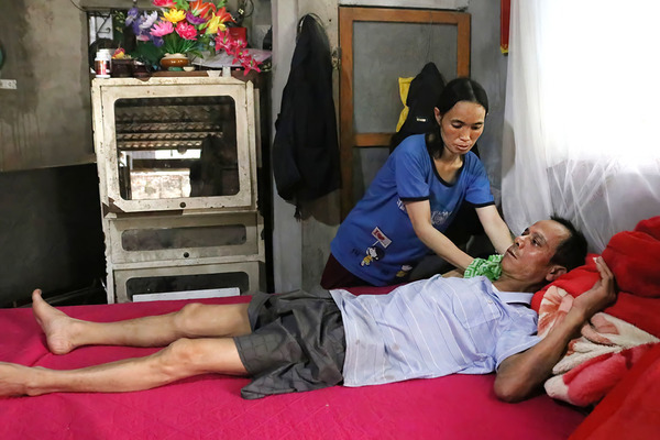 'Chị Dậu' giữa thành Vinh: phụ hồ nuôi chồng ung thư, con teo lưỡi