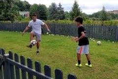 Ronaldo tập luyện cùng con trai chờ ngày tái xuất