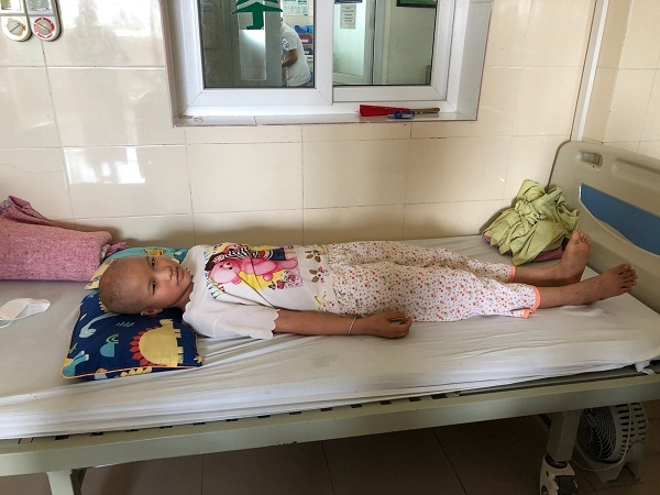 Bà ngoại kiệt sức xin mọi người cứu lấy đứa cháu côi cút bệnh tật