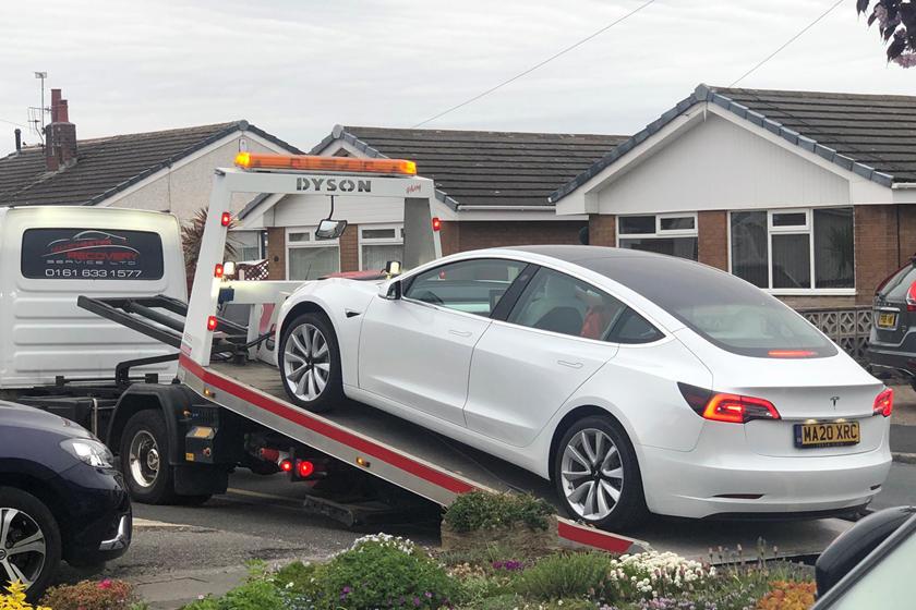 Tesla Model 3 rơi vô lăng chỉ sau một tháng mua mới