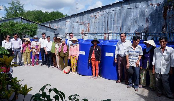 EVNGENCO 3 tặng bồn chứa nước cho người dân vùng hạn mặn