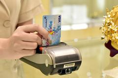 Giảm phí thẻ quốc tế sẽ thúc đẩy thanh toán không dùng tiền mặt tại Việt Nam