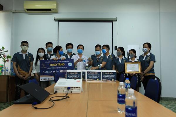 V.Hải Yến tặng quà tiếp sức các y bác sĩ tuyến đầu chống dịch Covid-19