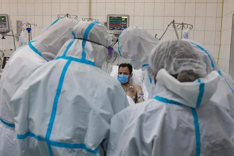 Hình ảnh đắt giá về bác sĩ giành giật sự sống cho bệnh nhân Covid-19