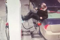 Bị buộc trả tiền trước, nam tài xế điên cuồng đập phá cột bơm xăng