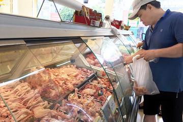 Từ trại ra chợ, giá thịt gà tăng gấp ba bốn lần