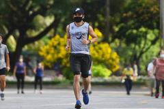 Chàng trai 26 tuổi bị xẹp phổi, suýt mất mạng do đeo khẩu trang khi chạy