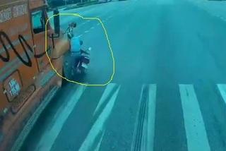 """Sang đường """"vô thức"""", xe máy suýt bị container nghiền nát"""