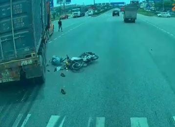 Sang đường 'vô thức', xe máy suýt bị container nghiền nát