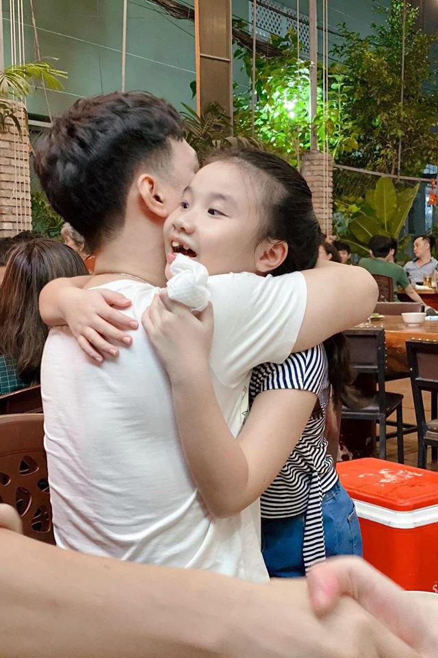 Việt Hoàn nghẹn ngào nhận lại 'quà vô giá' bố để lại sau 70 năm