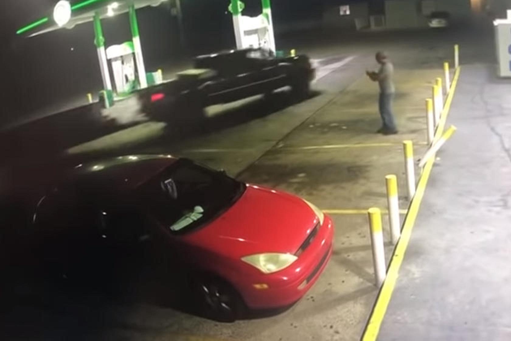 Nghi có gian lận, người đàn ông cố tình đâm xe vào nhân viên trạm xăng