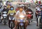 Nắng nóng, xe máy đông như kiến, bật đèn ban ngày để làm gì?