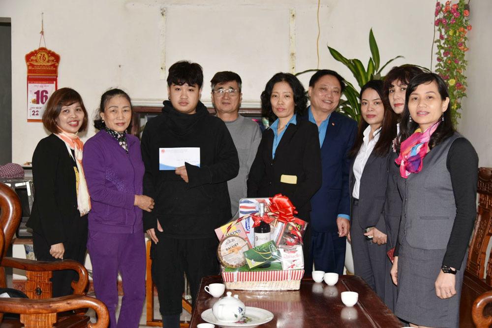 Gia đình nghèo xúc động với món quà của Công đoàn Bưu điện