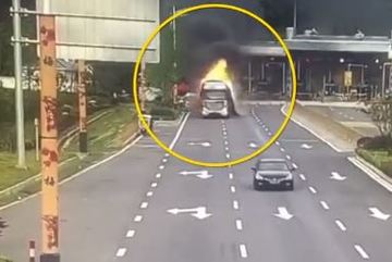 Xe đầu kéo cháy ngùn ngụt lao nhanh qua trạm thu phí