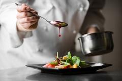 Mức lương trong mơ và góc khuất của những đầu bếp riêng