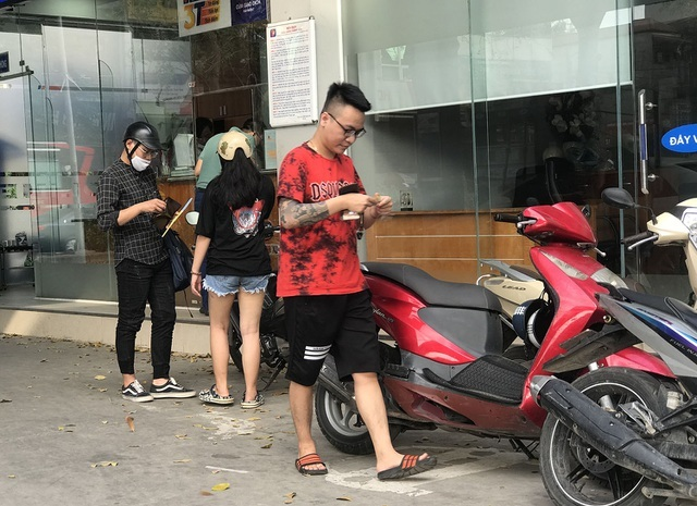 Người dân cuống cuồng, 'rồng rắn' xếp hàng đi mua bảo hiểm xe máy, ô tô